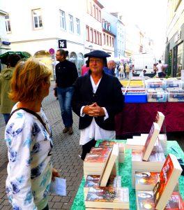 Buchstand vor Schmitt und Hahn